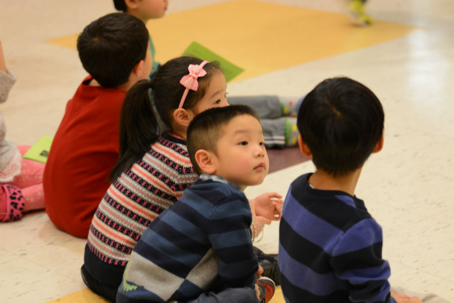 Children+watch+the+drama+performance.