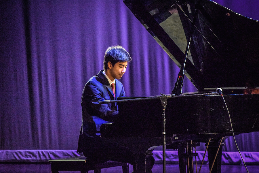 Junior+Joey+Shen+plays+Chopin%27s+Etude+Opus+10+No.+5+on+the+piano.