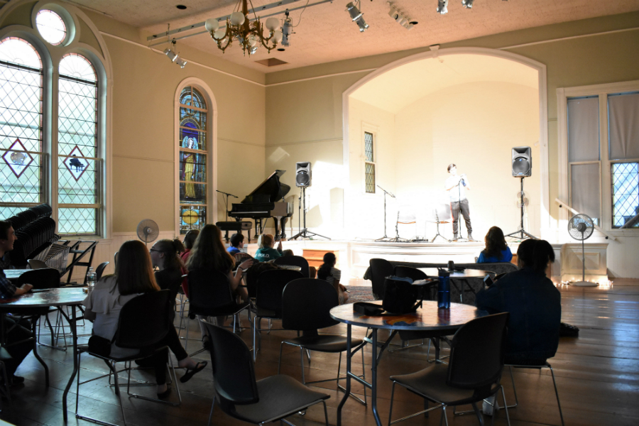 The+audience+listens+to+a+poem+recitation.