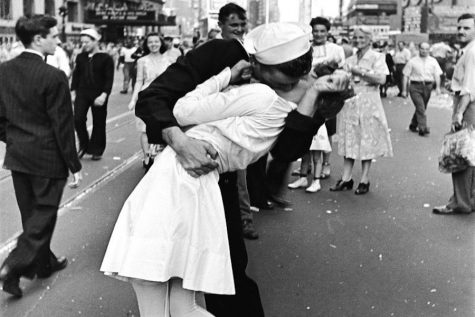 A U.S. Sailor kisses a nurse in Times Square, New York City.