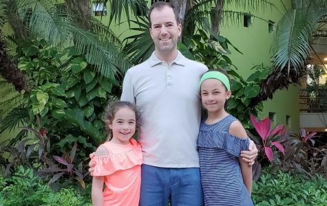 Paul Kravitz posing with his daughters: six-year-old Maisie Kravitz and ten-year-old Elise Kravitz (left to right).