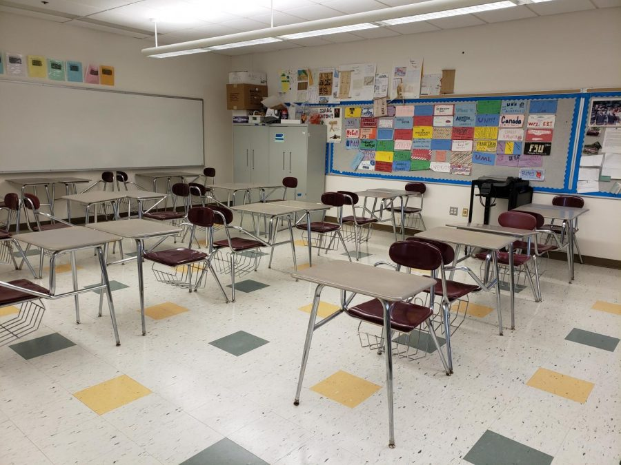 Students%27+desks+are+front-facing%2C+separated+by+a+back-facing+desk